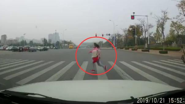 9岁女孩跑着过马路 小车闯红灯将其撞飞