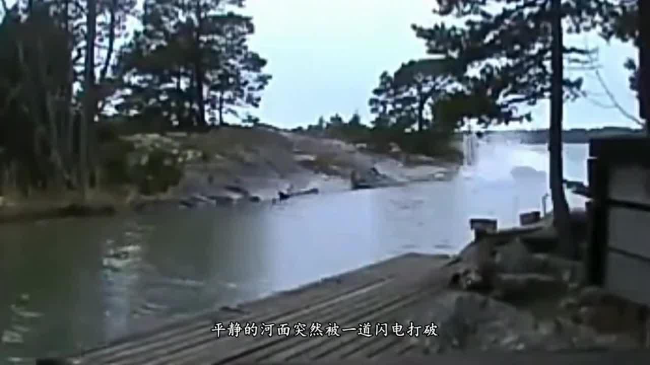 闪电击中河面,整个水面都沸腾了