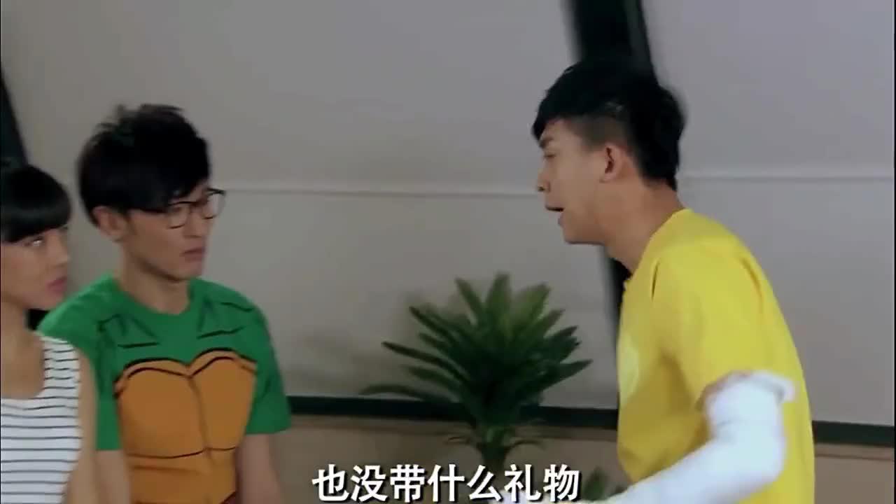 爱情公寓:关谷跟悠悠订婚了,张伟送了两个硬币,太搞笑了吧!