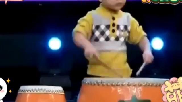 萌娃节目现场表演打鼓,又是一个聪明机灵的神童!太棒了!