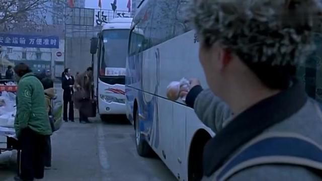 李成功和牛耿在大巴车站分道扬镳,以为可以回家,愿望落空了