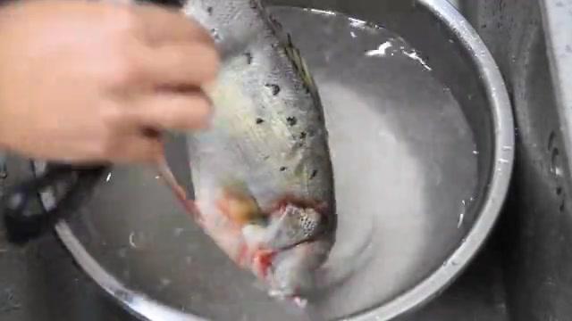 鲈鱼还是清蒸好吃,味道鲜美,肉嫩刺少,上桌要趁热,年夜饭必备