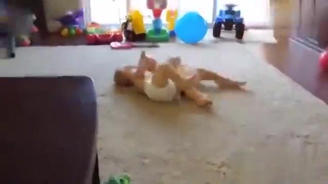 肉嘟嘟的双胞胎宝宝抱一团玩摔跤,画面逗趣笑翻无数人,太可爱了