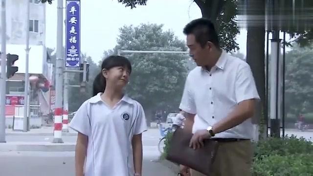男子接女儿放学,谈及作文题目,万万没想到女儿一番话让父亲心碎