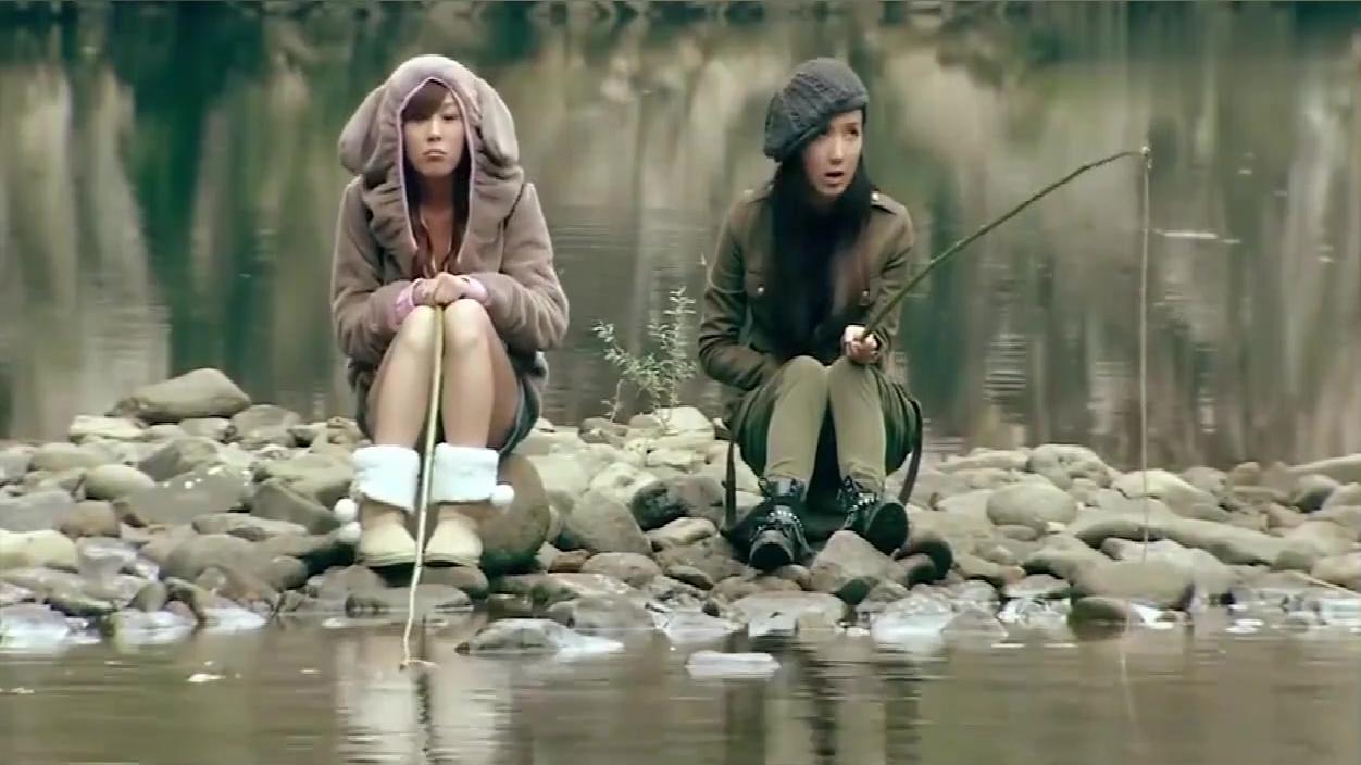 美嘉和一菲钓半天鱼没钓到,最后发现旁边就是烧烤摊,好搞笑!