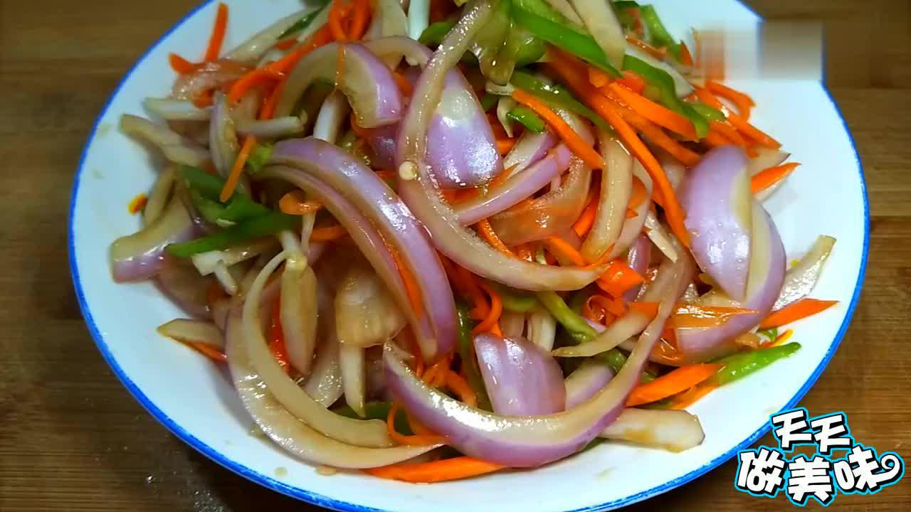 洋葱和胡萝卜放在一起,做法简单营养高,一辈子远离高血压高血脂