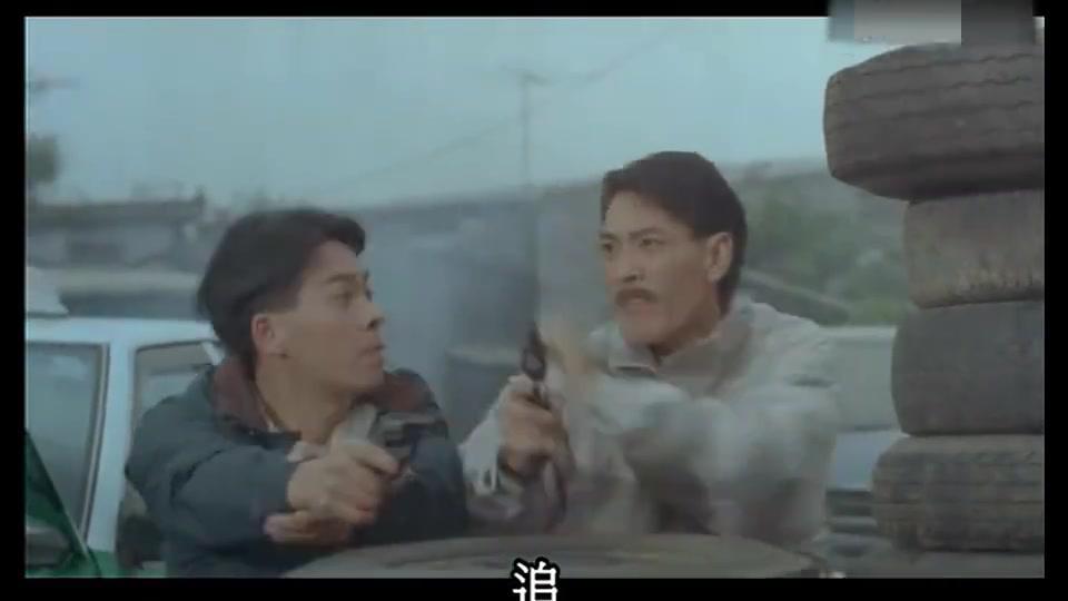 陈百祥太囧了!还想在队友面前逞英雄斗歹匪,不料先被车门夹伤了