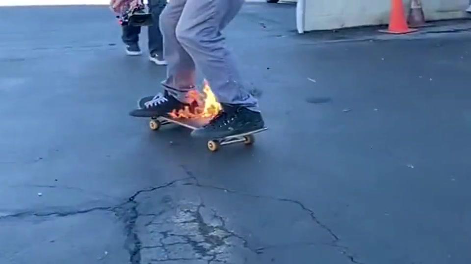 小哥哥玩滑板,已经到了出神入化的地步,无人能敌!