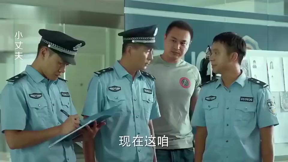 警察让女孩叫家长来领人,谁料女孩竟转身问所长:爸,我能走吗!