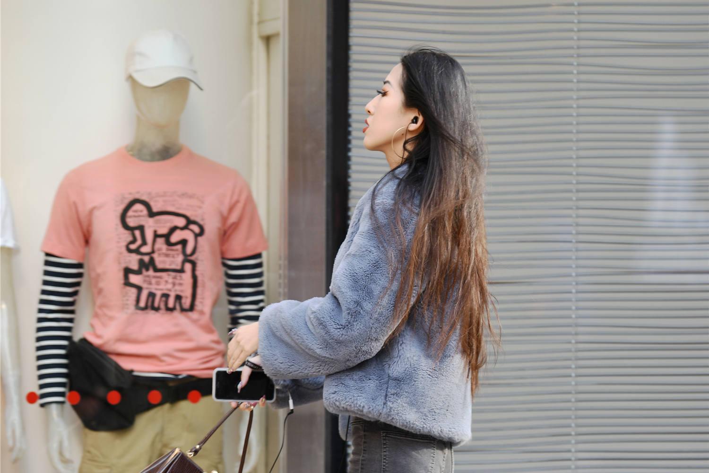 骨感身材的姑娘,牛仔短裤搭配高跟短靴,展现时尚气质