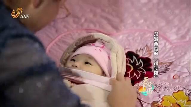 女儿进行肝移植手术,母亲在病房外祈祷,镜头前讲出心中期许