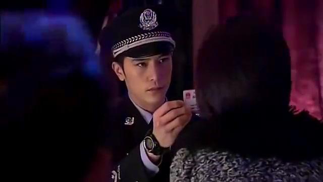 小警察英雄救美,三两下就把小混混打跑了,太帅了