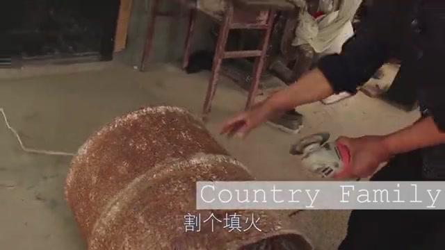 """农村公婆两人造""""锅台"""",全靠一口废弃铁皮桶"""