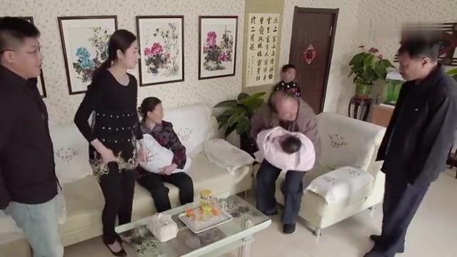 乡村爱情:广坤有了亲孙子不搭理腾飞,腾飞可怜巴巴的站在墙角