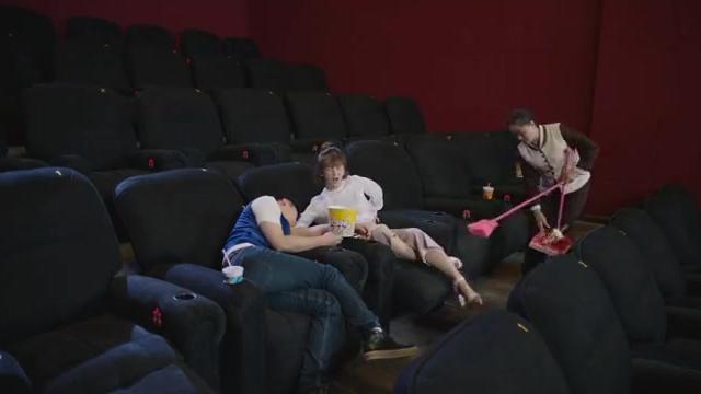 情侣二人看电影,俩人竟在电影院睡着了,下幕搞笑了!