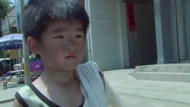 女子救下捡破烂的小男孩,一番仔细观察,断定小男孩是被拐来的!