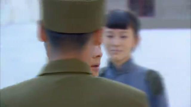叫花子被人看不起,军官一来,下令所有人向他敬礼