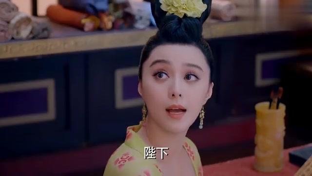 李世民悄悄走到武媚娘身后,趁机在她肩上拍了一下,武媚娘惊了!