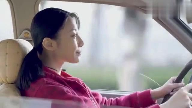 小伙骑车一路跟着美女,还想请美女去看电影,不料美女哥哥发现了