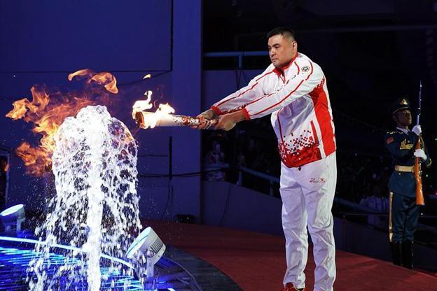 荣光!一人当旗手一人点燃圣火 男篮两传奇人物闪耀军运会开幕式