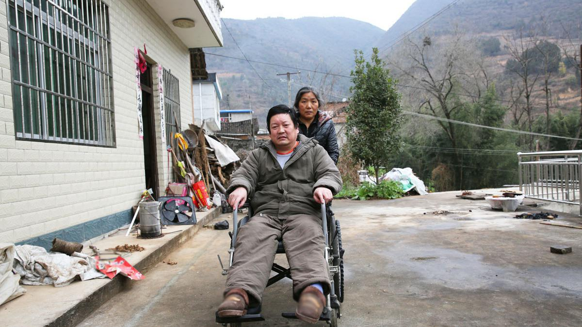 老公因意外事故高位截瘫,妻子不离不弃照顾14年