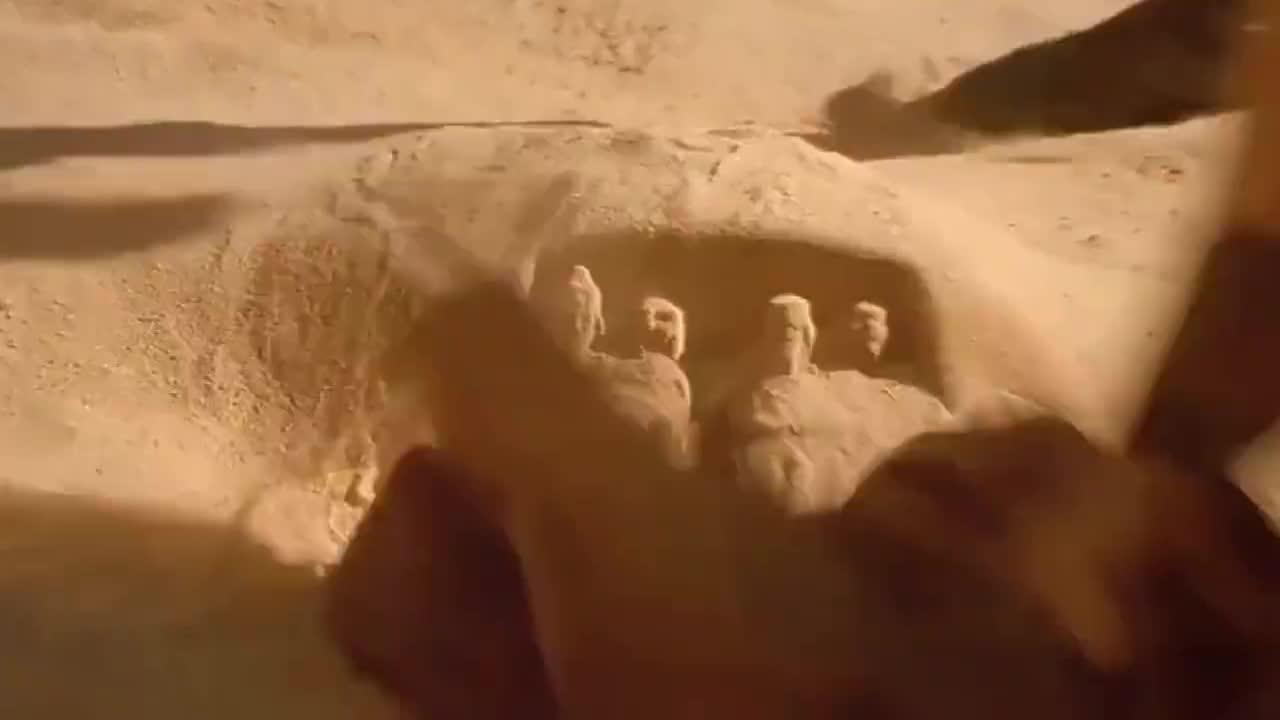 小男孩被法老绑架,临走之前用沙子做暗号,堆了一座城堡