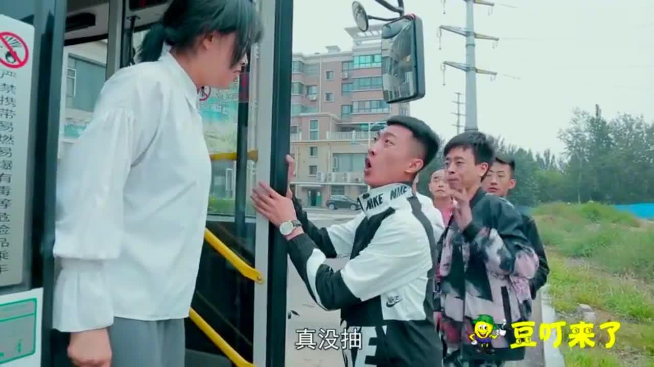 一群人排队坐公交车,不料遇上暴脾气售票员,太有趣了