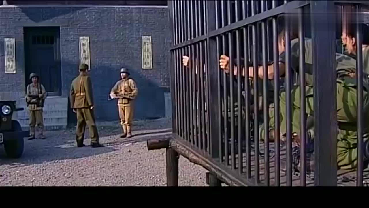 特战先锋国军中校真霸气,看到部下被关笼子,直接开枪打烂铁锁