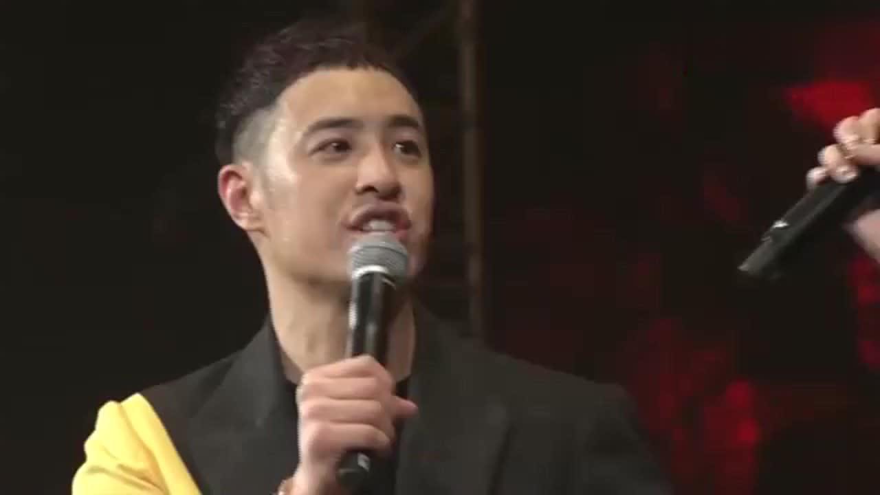 杨丞琳台上为潘玮柏擦汗还当众亲吻他台下的罗志祥笑了