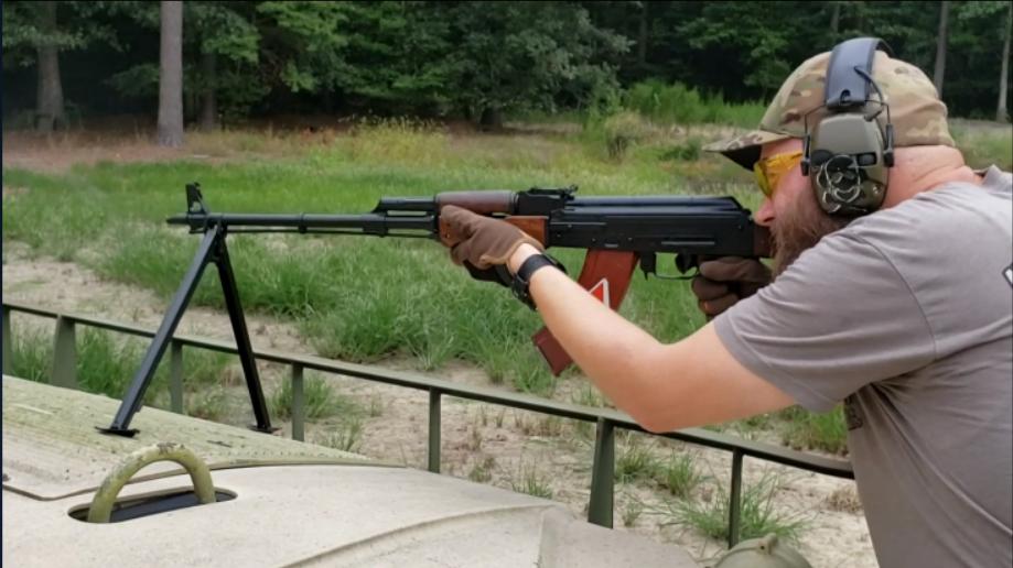 罗马尼亚RPK轻机枪,要是没有前面的支架就是一杆AKM步枪