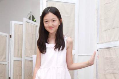 李亚鹏女儿很自信,李嫣被偷拍仍从容,手握小挎包不慌不乱走路