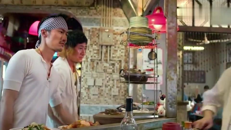 决战食神:男子插队吃饭,老板不管你多有钱,想吃就排队去!