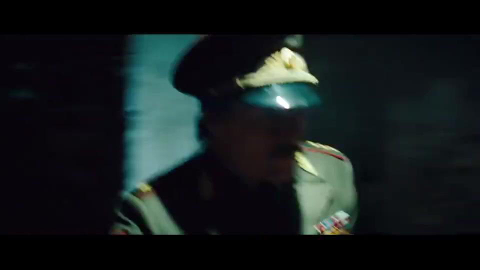 男子刚逃出克里姆林宫,没想到它就爆炸了,连他也被炸晕过去了