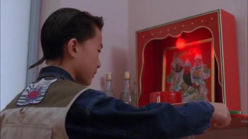 小孩过生日带着女友回家,拿着香当蜡烛用,这个愿望太逗了