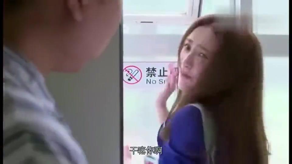 美女闯进男厕所,逮着厕所门就是使劲敲,丝毫不觉得尴尬