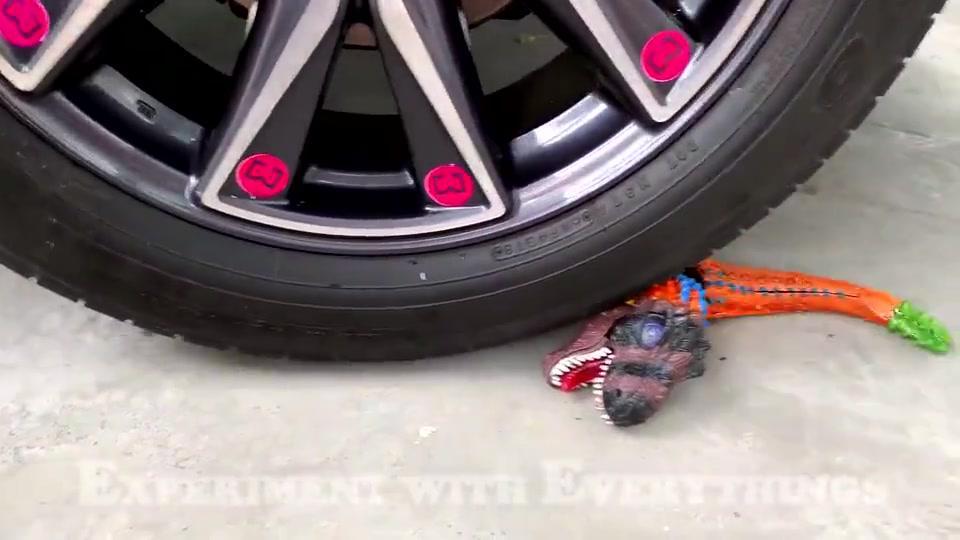 牛人把玩具恐龙放到车轮下,请勿轻易模仿,实在是太减压了