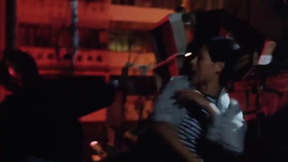 华仔为了保护吴倩莲,被黄光亮手下一刀给捅了