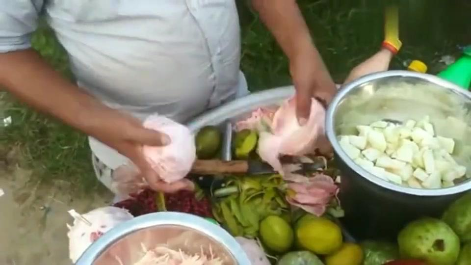 印度人吃柚子都有强迫症,将果肉一条条撕下来,不愧是开挂民族