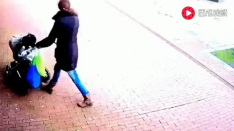 女子似乎感觉到了危险赶紧靠近墙边,3秒后监控拍下可怕一幕