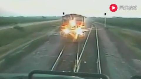 火车相撞轨道发出绝望刹车声,记录仪拍下听天由命34秒