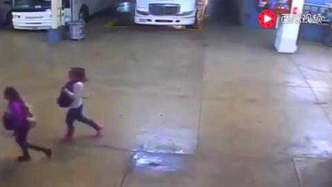 背包男走在车站刚进入大客车,监控拍下恐怖的一幕
