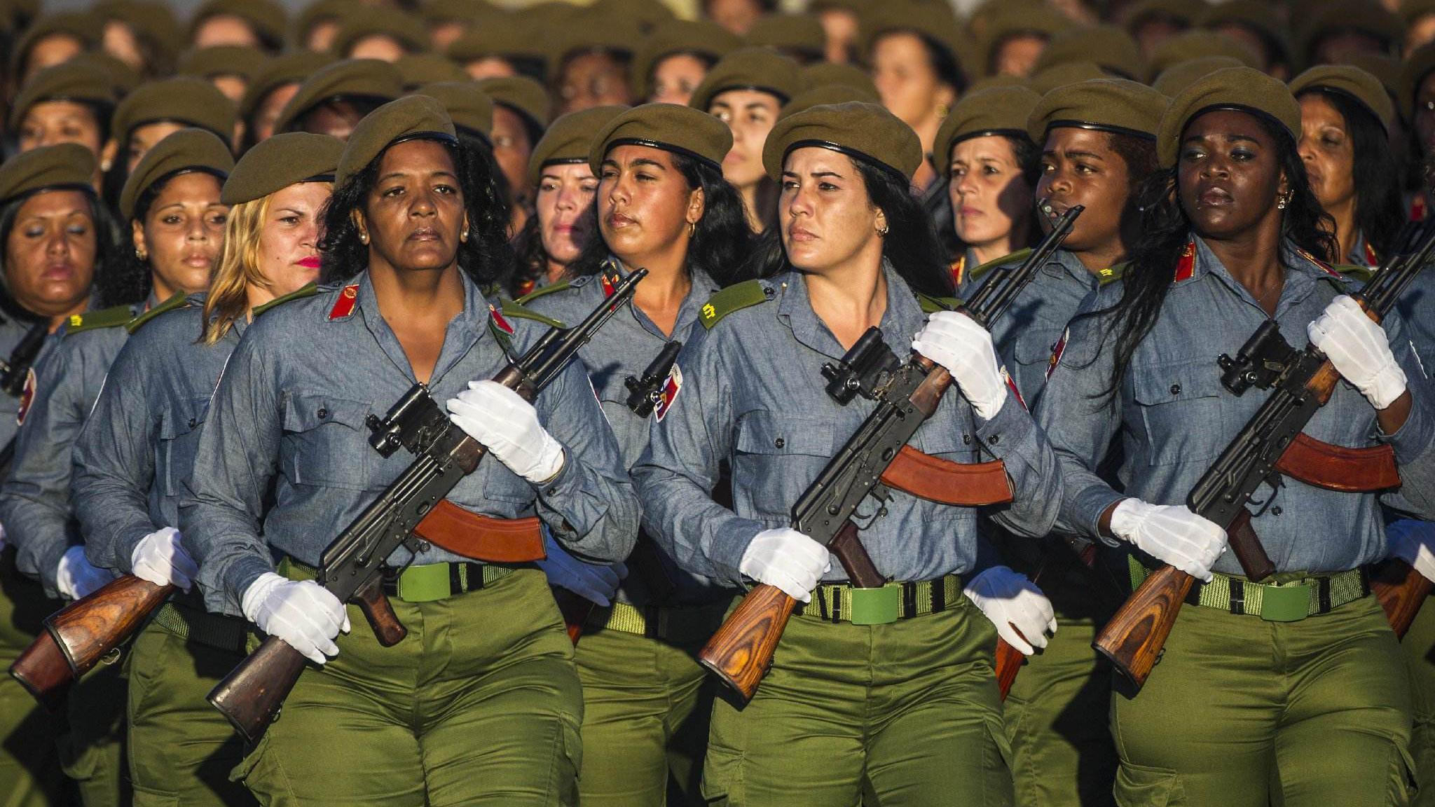 古巴建军60周年阅兵仪式,受阅方队人手一把AK步枪!