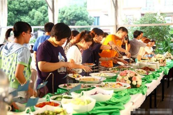 韩国人来中国吃自助餐, 只挑着一样便宜东西猛吃, 网友: 好奇葩!