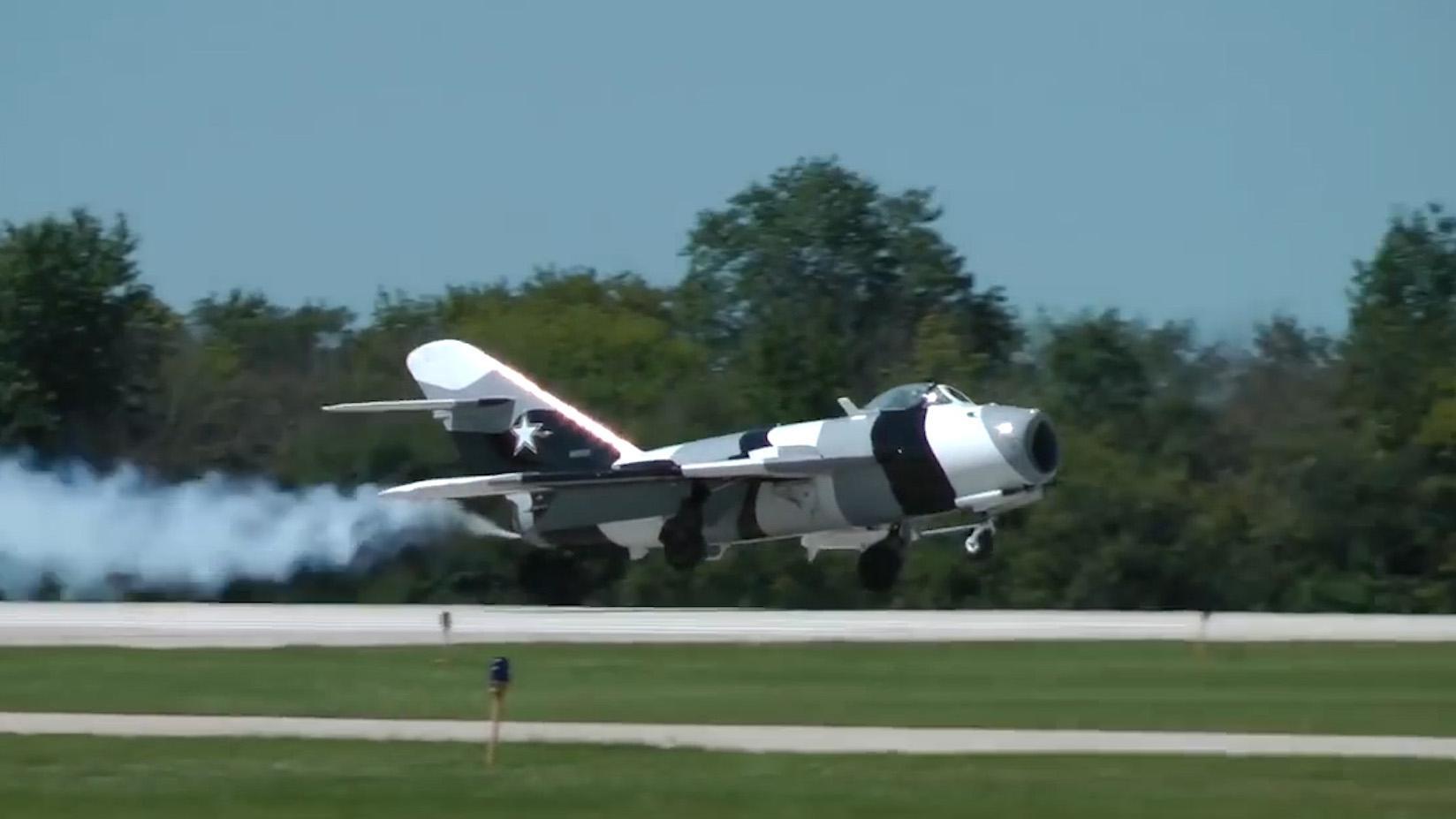 米高扬的米格-17战斗机,与北美航空的F-86战斗机,进行飞行表演