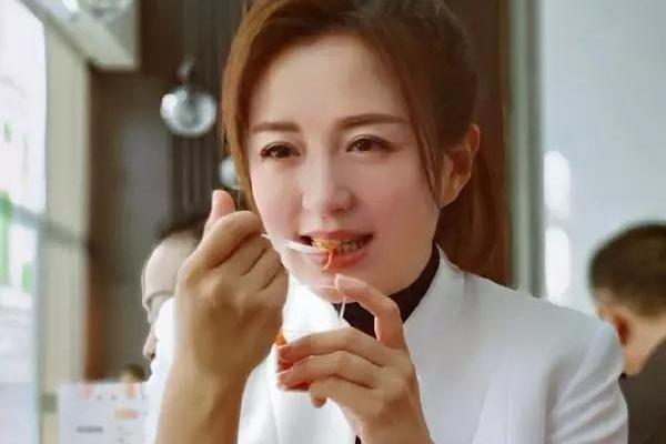 44岁杨童舒太可爱,身穿白色西装外套笑开花,在公益厨房吃不停