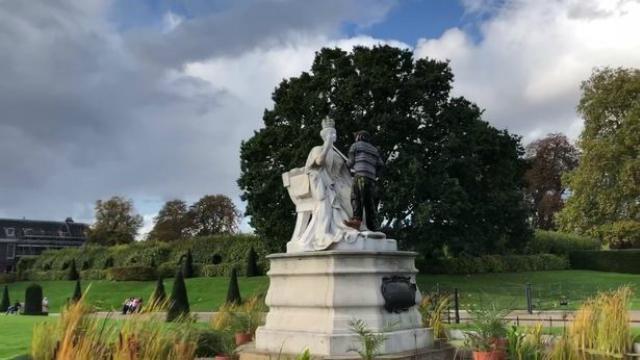 英国一男子拿走肯辛顿公园女王雕像的权杖