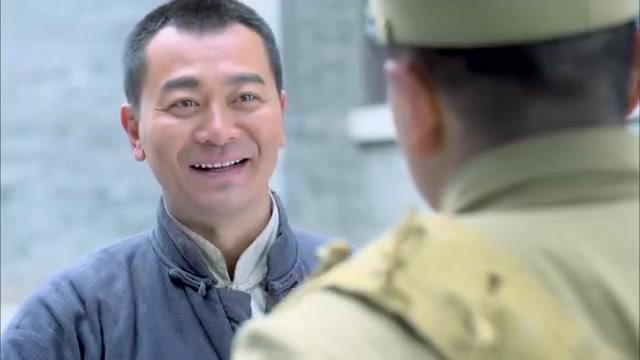 士兵拦着小伙不让进,哪料小伙道出弟弟名字,士兵态度大转变!