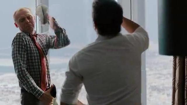 时间快来不及了,男主必须从窗户爬进机房,从一百多层的窗外爬