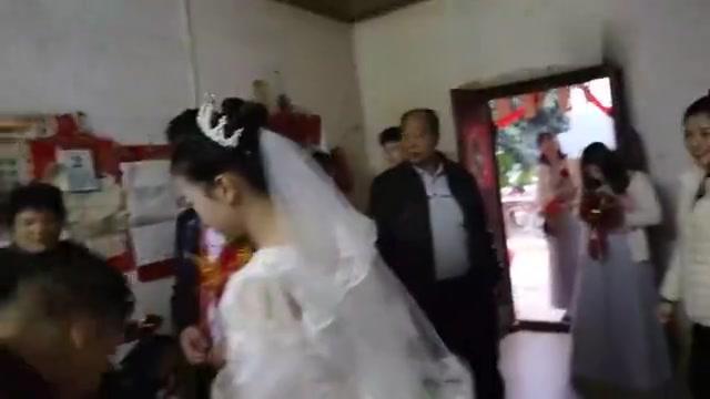 广东一新娘子出嫁,已怀孕六个多月,肚子看着很大了