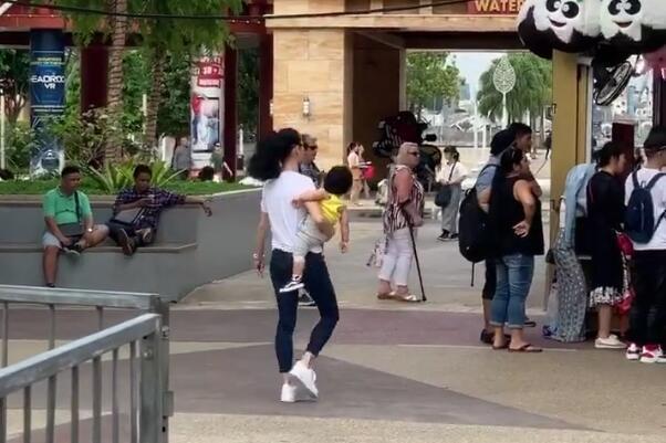 网友新加坡偶遇张柏芝带小儿子,张柏芝单手抱娃霸气十足